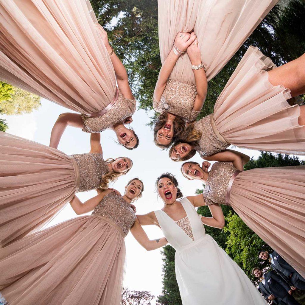 Photo de groupe lors d'un mariage vue de dessous