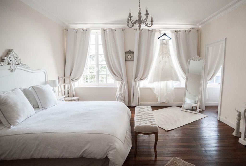 Chambre du manoir de Chivré avec robe de mariée