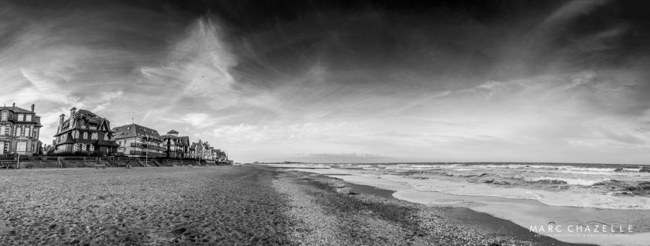 panoramique de la plage d'houlgate en noir et blanc