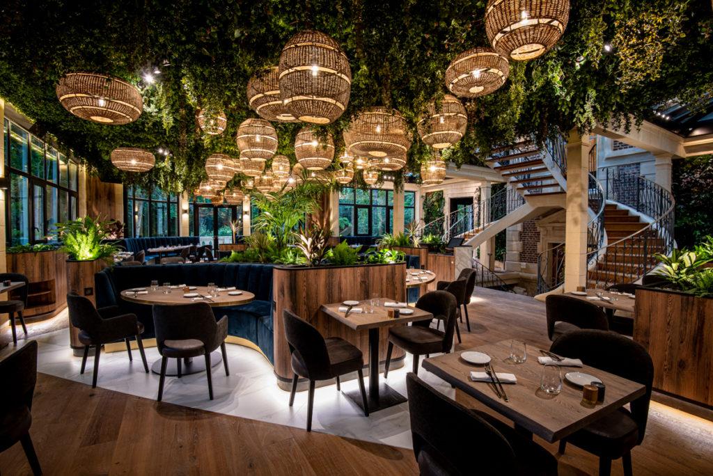 Plafond végétalisé de la salle de restaurant des jardins d'Epicure dans le vexin proche de Giverny