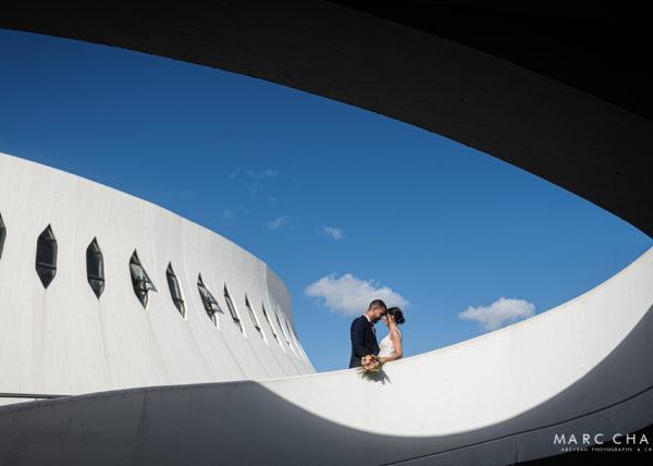 séance de couple au Havre sur la place Oscar Niemeyer