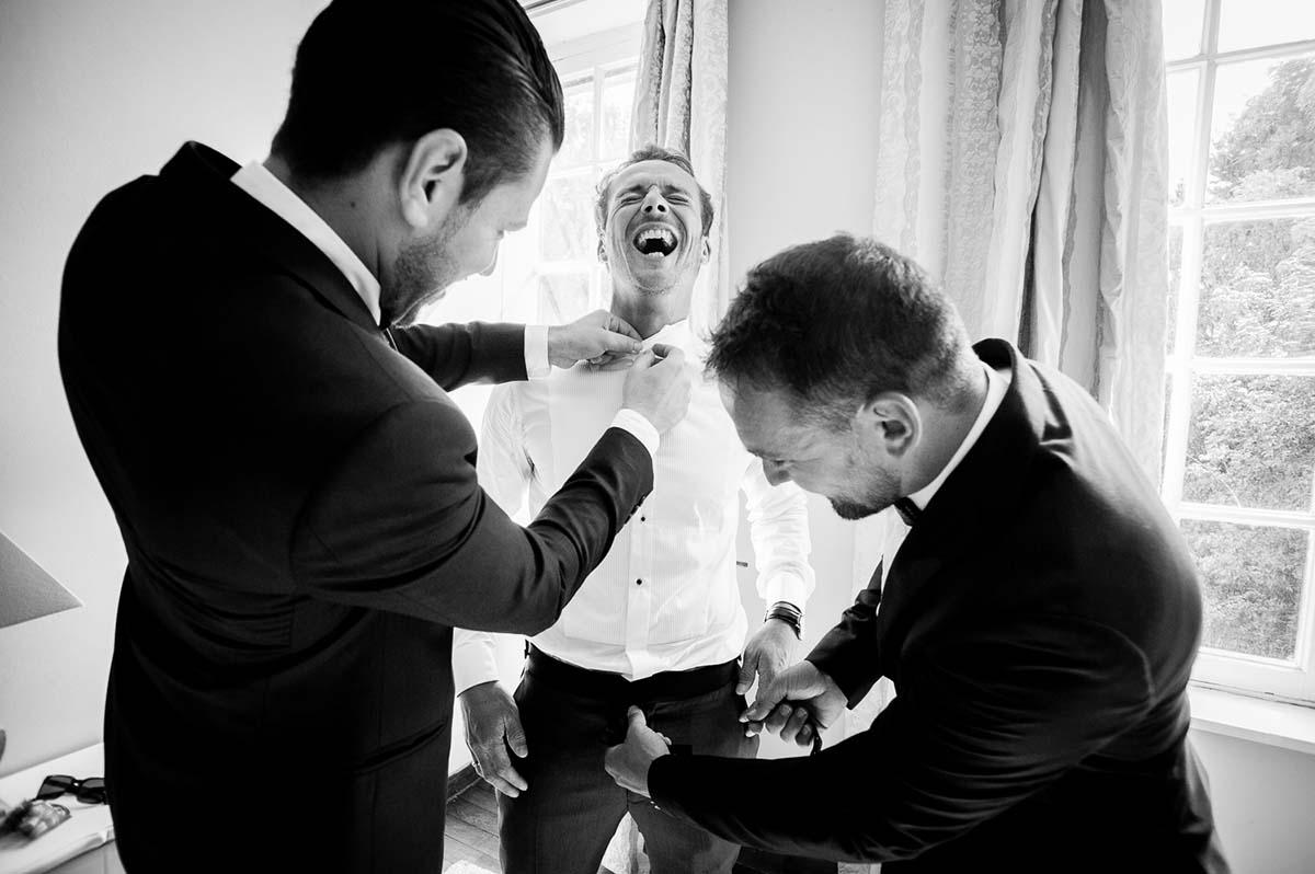 fou rire lors de l'habillage du marié