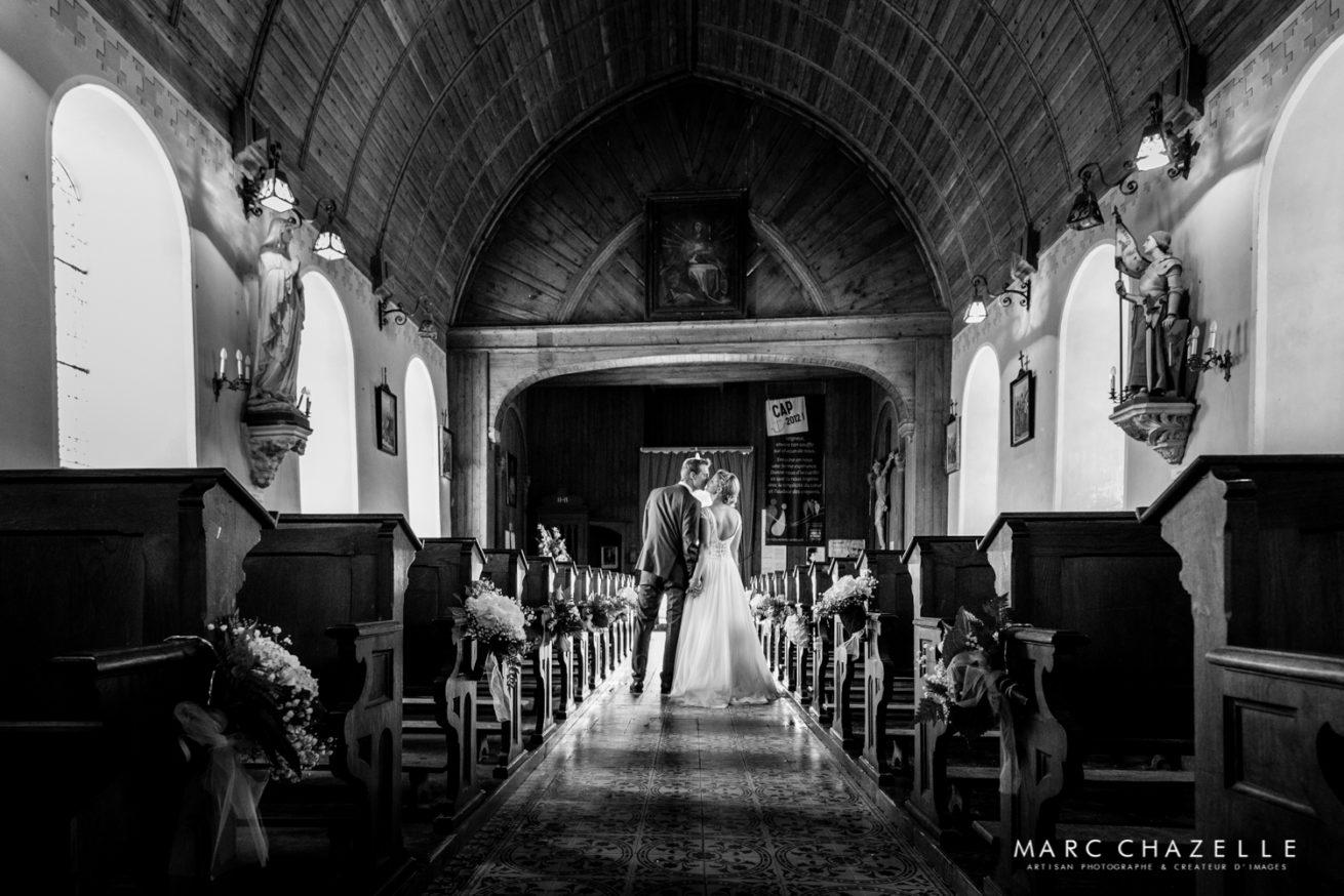 Moment tendre à la sortie de l'église - Mariage en normandie